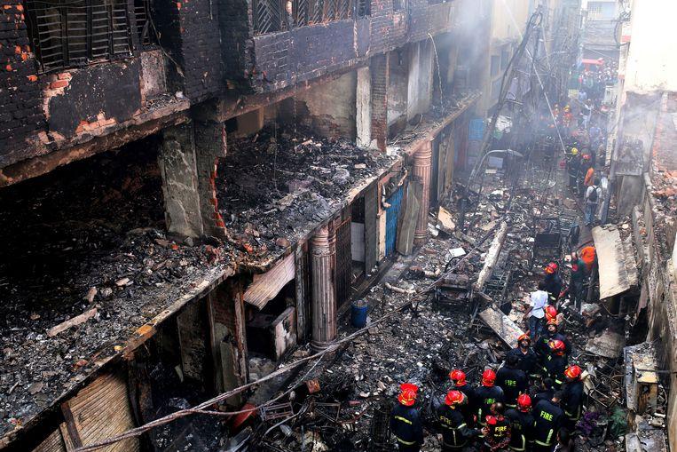 Sinds de roemruchte Rana Plaza-ramp uit 2013 verloren nog vele Bangladeshi het leven in onveilige  textielfabrieken. Bij deze brand uit 2019 verloren 25 mensen het leven.  Beeld AP