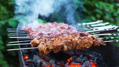 Barbecueën met katoentakken en maïskolven