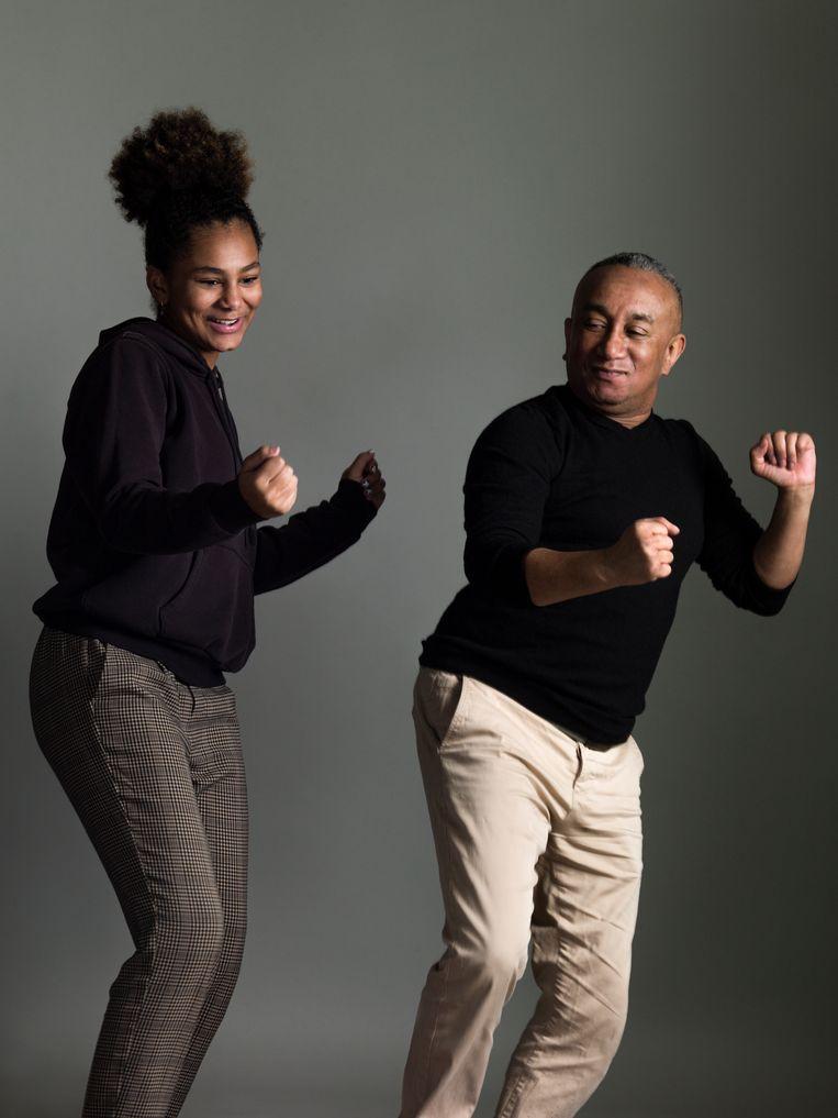 Auteur en dansdocent Henk Bakboord (Paramaribo 1961) gaf tijdens de eerste lockdown discodansles via Facebook. Zijn dochter Dolores van der Geest (Amsterdam 2007) vond haar vaders danspasjes een beetje ouderwets. Tijdens de tweede lock-down leert zij hem daarom TikTokachtige dansjes, die ook te zien zijn op Facebook. Beeld Koos Breukel.