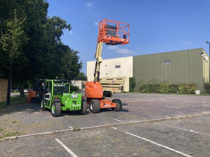 De eerste liftkranen staan klaar om het festivalterrein op de Grote Kaai op te bouwen.
