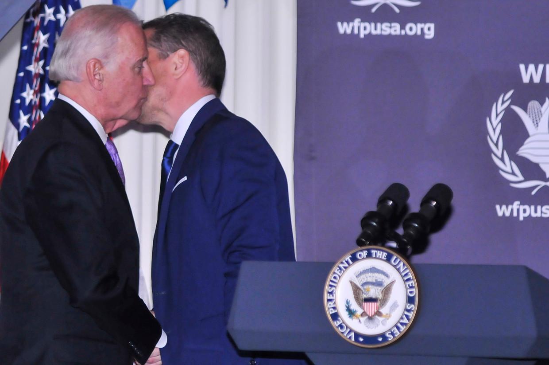 Joe Biden en zijn zoon Hunter tijdens een evenement van het World Food Program USA. Beeld WireImage
