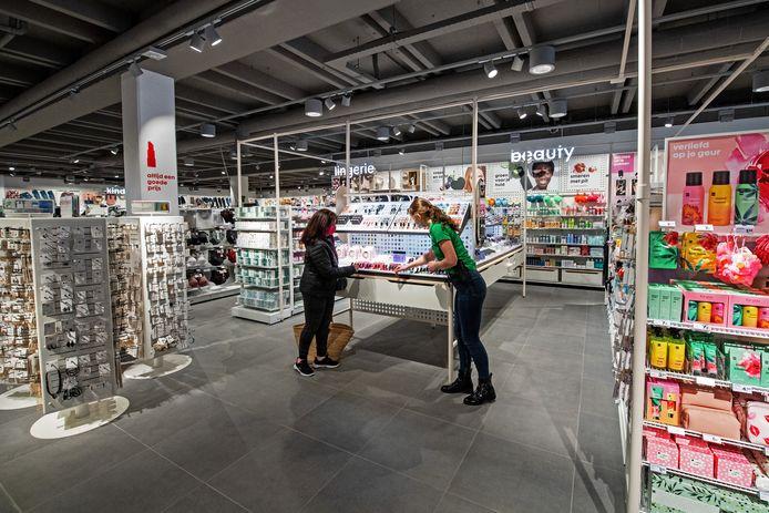 Een medewerker helpt een klant op de beauty-afdeling van de vernieuwde Wijchense HEMA.