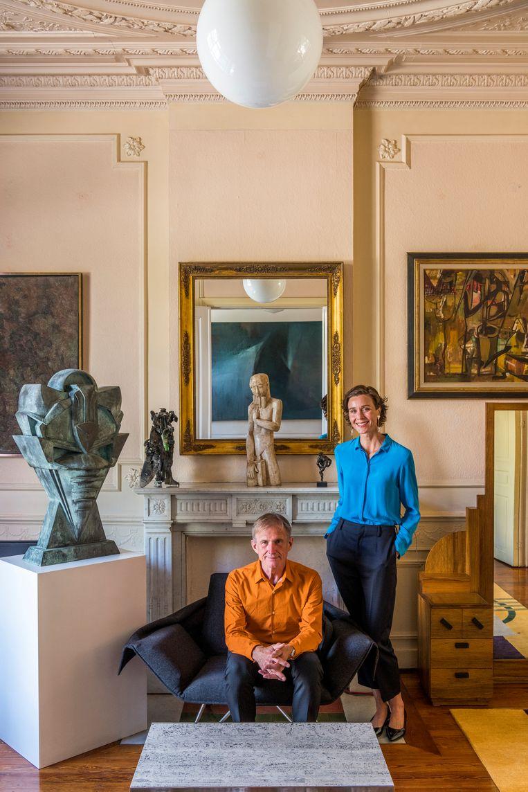 De statige living leent zich uitstekend voor eclectische composities. Herman: 'Ik speel graag curator in mijn eigen museum. Ik doe niets liever dan alles van plaats te verwisselen en nieuwe scenografieën uit te proberen.'  Beeld Luc Roymans