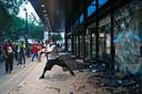 Een demonstrant gooit de ruiten in van het hoofdkantoor van CNN in Atlanta. (29/05/2020)