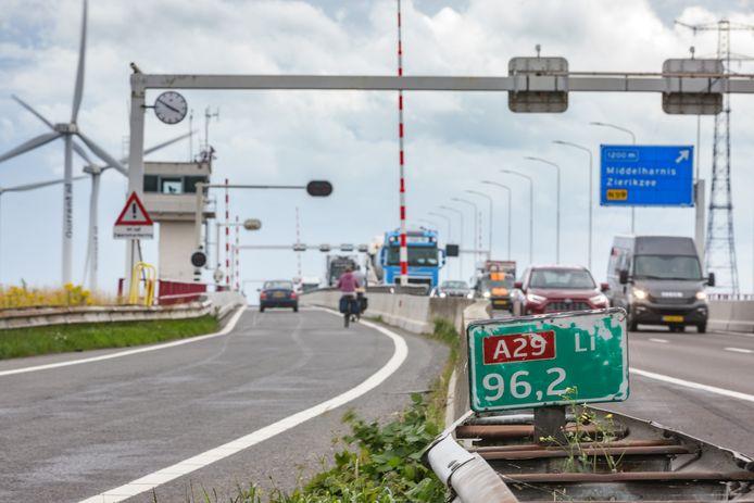 Een ritje over de Haringvlietbrug wordt de komende twee jaar geen pretje.