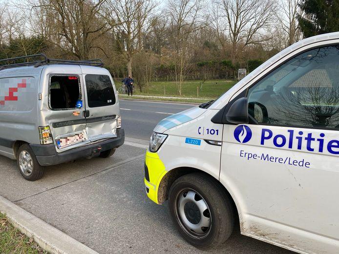 De Citroën Berlingo werd achteraan aangereden door een vrachtwagen toen hij halt hield aan het zebrapad over de Oudenaardsesteenweg ter hoogte van de Dorpsstraat in Erpe.