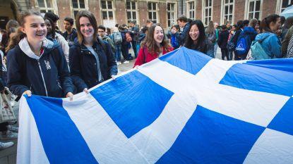 1.100 leerlingen kleuren stad blauw en wit voor behoud Grieks op school