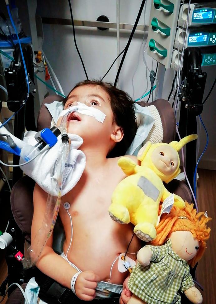 Isabella Kruisselbrink (4) uit Den Haag ligt al drie weken in het ZNA Middelheim ziekenhuis in Antwerpen.