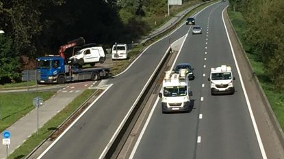 Bestelwagen geladen met petroleum raakt van de weg