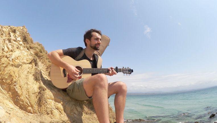Arne komt terecht in Byron Bay, waar hij enkele collega's ontmoet en leert surfen.