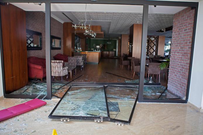 Ramen en deuren van het hotel hebben de explosies niet doorstaan.