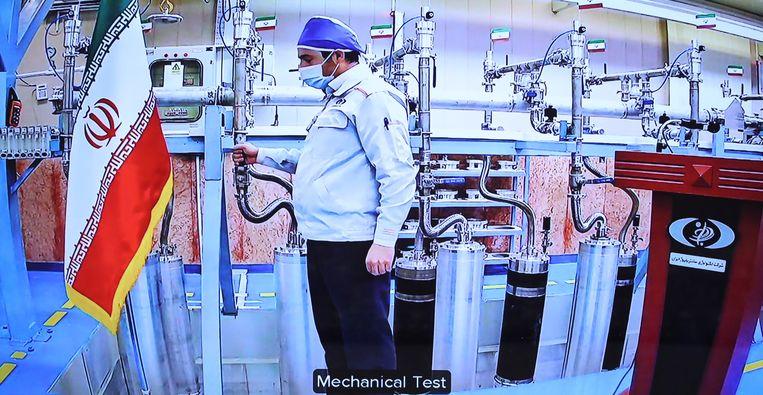 Op deze foto, op 10 april uitgegeven door de Iraanse overheid, werkt een technicus aan de nucleaire installatie in Natanz. Niet veel later werd de installatie getroffen door een cyberaanval. Beeld EPA