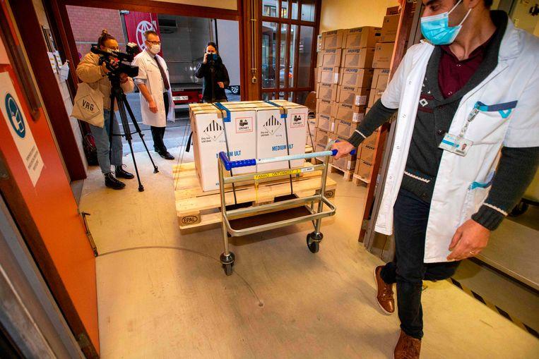 De langverwachte pallet: in het UZ Leuven werden zaterdagmorgen 10.000 coronavaccins van Pfizer en BioNTech geleverd.  Beeld AFP