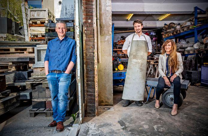 Van links naar rechts: vader Vas, zoon Max en moeder Jacqueline de Groot van Alvasco, een familiebedrijf uit IJsselmonde dat al generaties lang grafstenen maakt.