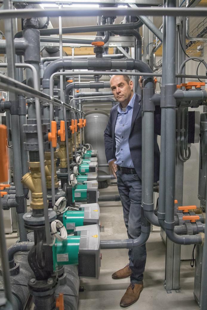 Eric van Houtum bij de installatie die het zeewater op 24 graden houdt.
