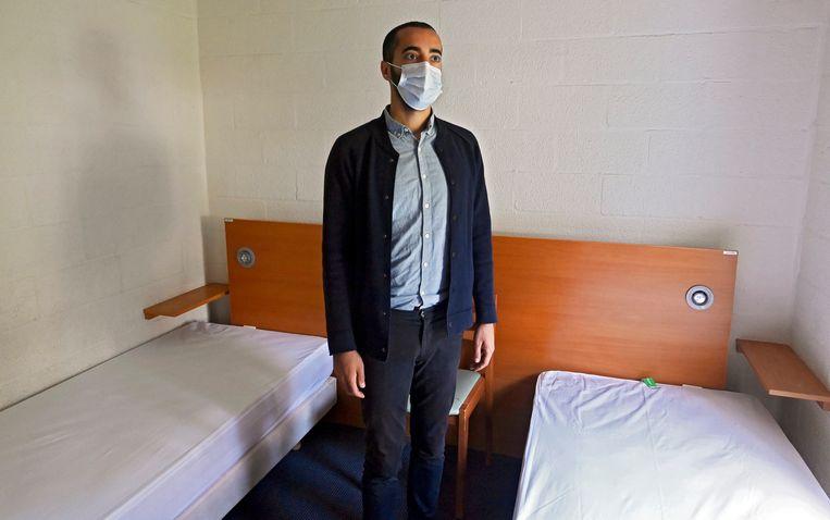 Staatssecretaris voor Asiel en Migratie Sammy Mahdi (CD&V) toont een kamer in het asielcentrum van Spa. Daar worden slachtoffers van de watersnood opgevangen.  Beeld Photo News
