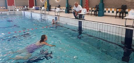 Rooster uit plafond naar beneden gekomen, zwembad deels dicht: 'We nemen het zekere voor het onzekere'
