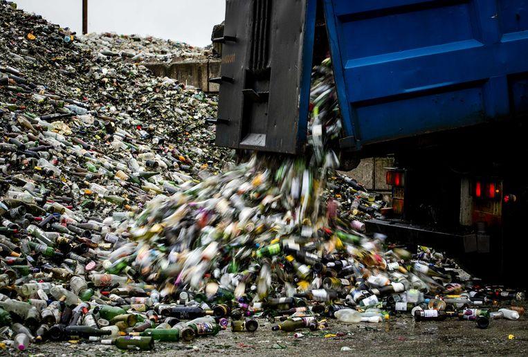 Lege flessen bij glasrecyclingbedrijf Maltha dat enorme hoeveelheden glas verwerkt. Beeld ANP