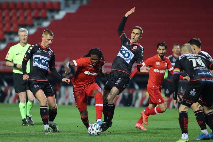 Palaversa, De Sart en Derijck hebben het niet onder de markt om Antwerp-spelers Mbokani en Refaelov af te stoppen.