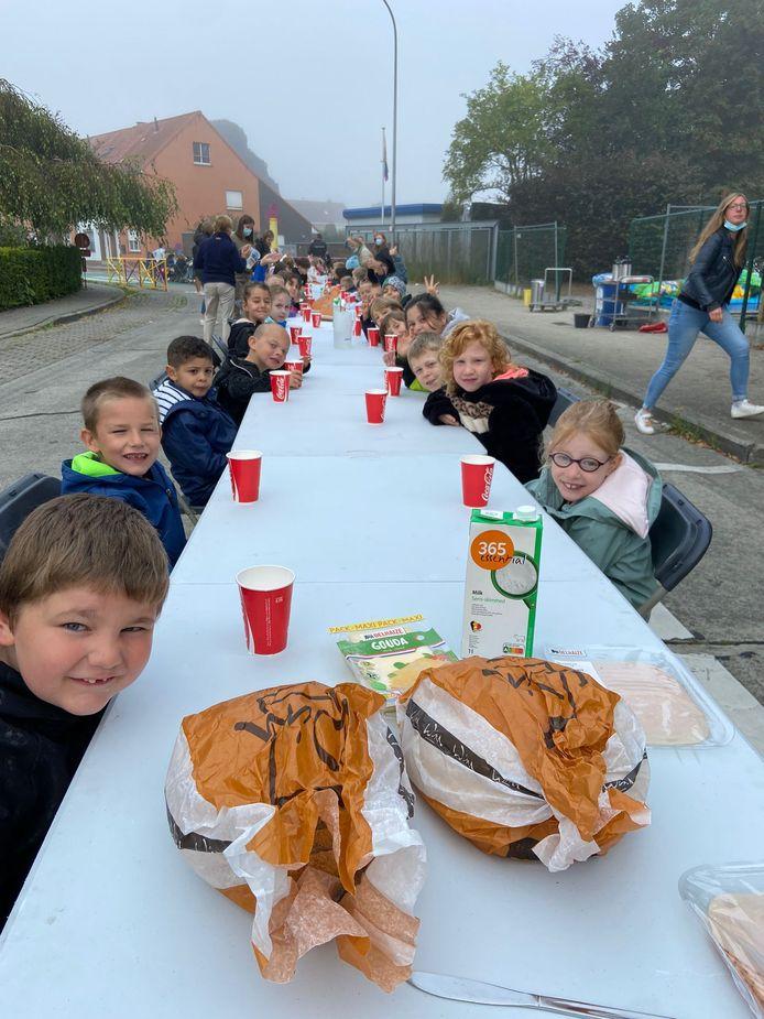De leerlingen van De Hagewinde genoten van een ontbijt op straat.