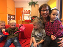 Vlnr: Rens van den Heuvel (2), Livia  van Hiele (2) en Marwa Kanar (3)  van peutergroep Kameleon in Middelburg met gedeputeerde Carla Schönknecht.