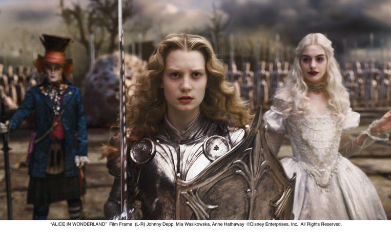 Alice staat haar mannetje in Wonderland: ze ontpopt zich daar tot een geharnaste krijger die eigenhandig een monster – en het traditionele rollenpatroon – afslacht. Beeld rv