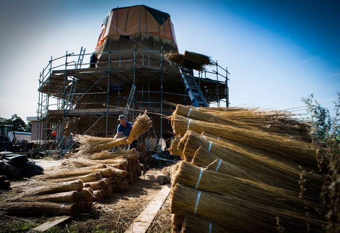 Archiefbeeld van de molenromp in aanbouw. Dit onderdeel is inmiddels af, maar de wieken en de generator laten nog minimaal een jaar op zich wachten.