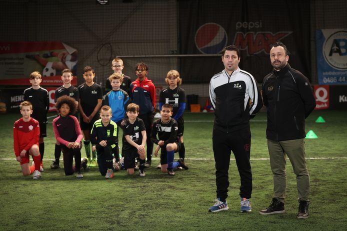 Pino Canale (met training) en Stefano Ghiro met talentvolle jongeren uit de Academy.
