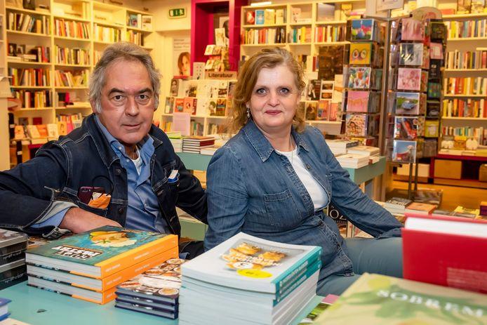 De laatste echte boekhandel verdwijnt uit Roosendaal, Het Verboden Rijk in de Passage stopt ermee. Eigenaar Ruud Verstraaten & Patrice van der Veen in de winkel tussen de boeken.