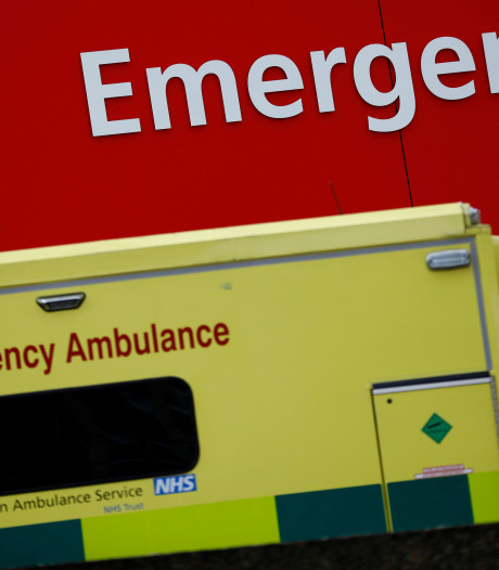 Boze buurvrouw stopt schokkend briefje onder ruit ambulance: wegwezen hier!