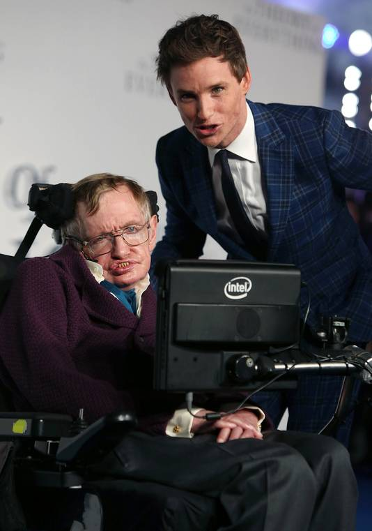 Hawking samen met Eddie Redmayne, de acteur die hem vertolkte in de film over zijn leven: The Theory of Everything.