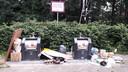 Puinhoop bij milieuplein aan de Kremersmaten in De Bothoven in Enschede. Ondanks het paarse bord dumpen mensen hun zooi.