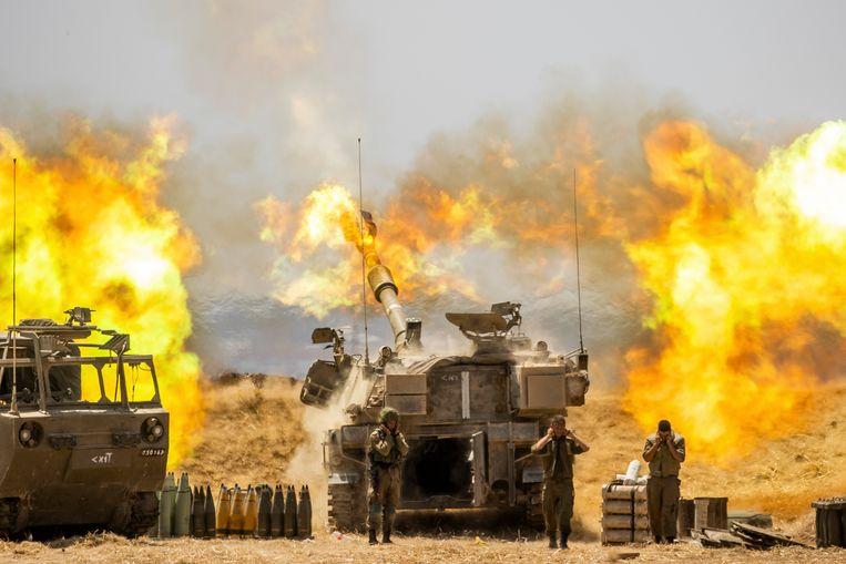 Een Israëlische artillerie-eenheid vuurt af richting de Gaza Strip.  Beeld AP