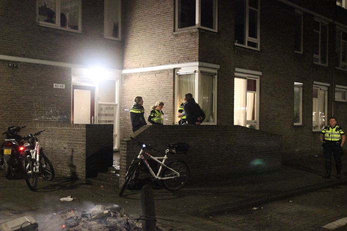 Politie bij de woning  aan het Groenewegje waar één van de steekpartijen plaatsvond.