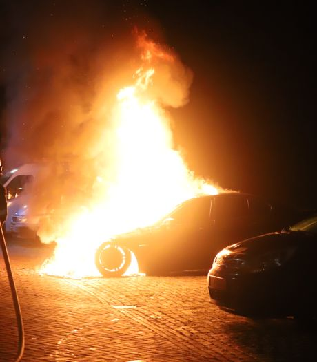 Auto gaat in vlammen op in Tiel