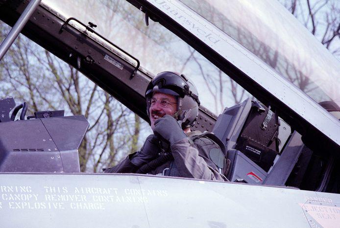 Kees Backx in een F16. Zijn hobby is de militaire luchtvaart en dat bracht hem op verschillende plekken.