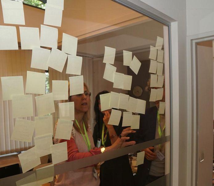 Tijdens de sessies worden onder meer papiertjes tegen het raam gekleefd.