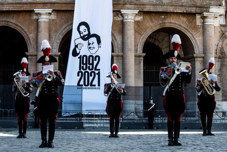 Enkele dagen eerder werd de moord op rechters Giovanni Falcone en Paolo Borsellino herdacht aan het Colosseum in Rome. Beeld EPA