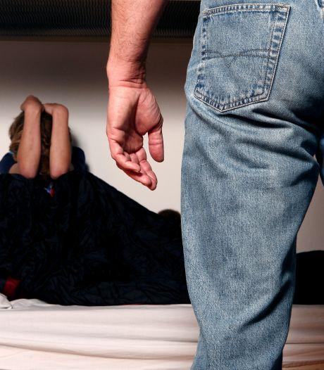 'Sugardaddy' (53) drong bij meisje (15) aan op seks en gaf haar geld, zij kocht daarvan de pil