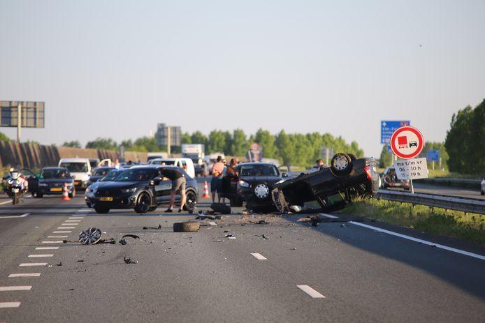 De brokstukken liggen verspreid over het stuk snelweg na het ongeluk.
