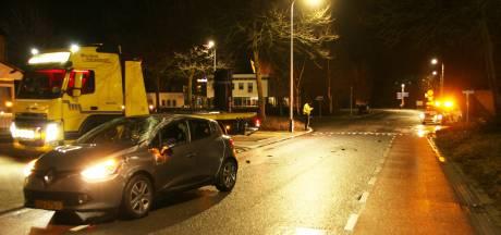 Auto slaat drie keer over de kop door ongeluk in Nijverdal