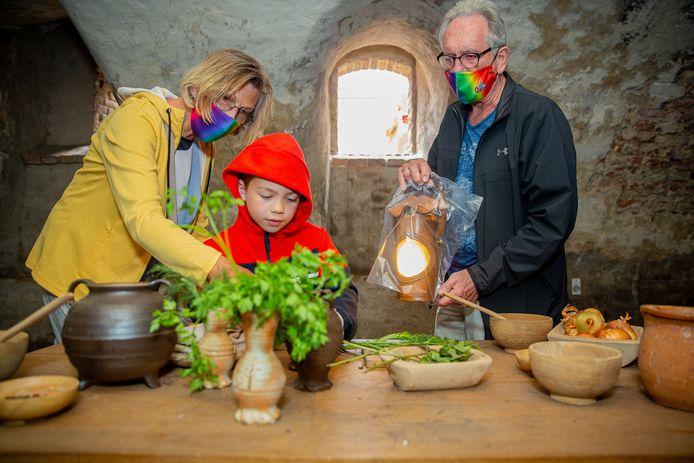 Marieke en Michel van den Heuvel uit Boxmeer gingen meteen zaterdag met hun kleinzoon Moos op ontdekkingstocht in Kasteel Hernen.
