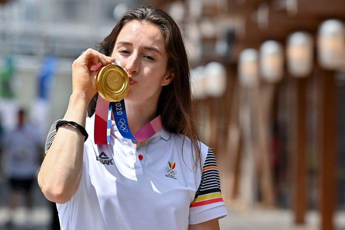 Nina Derwael met haar gouden medaille die ze zondag behaalde.