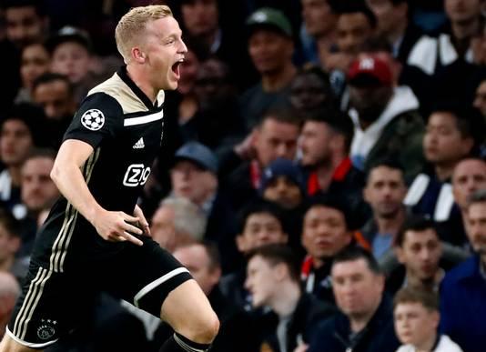 Donny van de Beek juicht nadat hij Ajax in Londen op voorsprong heeft gezet. Zondag treft hij Willem II.