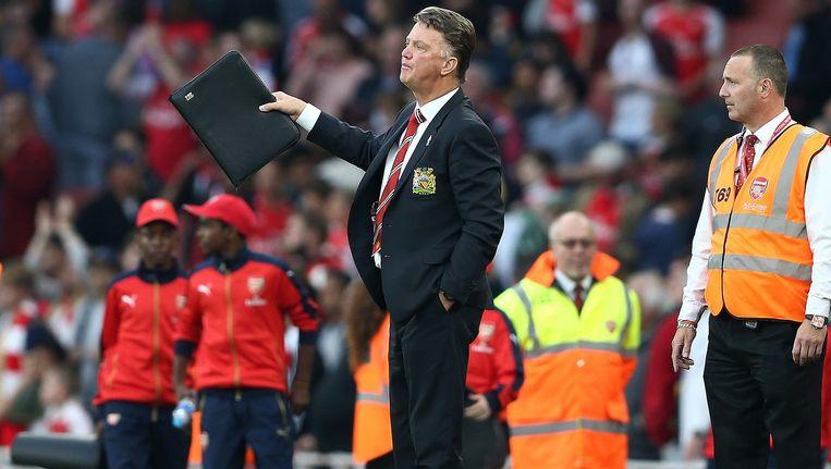 Louis van Gaal met zijn mapje in de wedstrijd van Manchester United tegen Arsenal van 4 oktober. Beeld afp