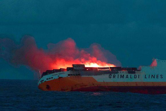 De brand op de Grande America brak op zondagavond uit. Alle opvarenden konden worden geëvacueerd.  De Franse marine gaf enkele foto's vrij.