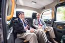 Veteraan Frank Ashleigh en zijn begeleider David Lieberman vlak voor het uitstappen in Doorwerth. Piloot van een zweefvliegtuig Ashleigh verschuilde zich met anderen in een Bernulphuskerk aan de Utrechtseweg in Oosterbeek. De mannen namen de Duitsers dagenlang vanuit de toren onder vuur.