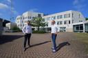 Het voormalige politiebureau aan de achterzijde. Met links vastgoedbeheerder Boy van der Velde en rechts Bart van Loenhout van de gemeente.