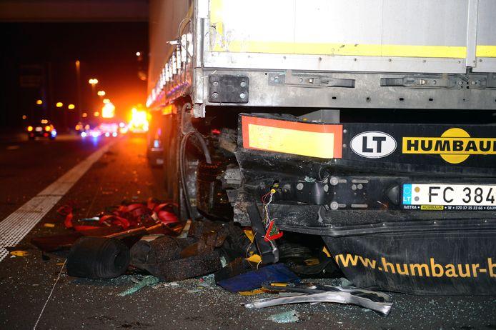 De auto boorde zich op de linker achterhoek van de vrachtwagen.