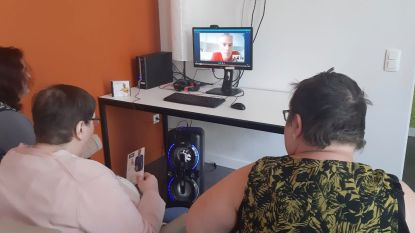 Bewoners zorgcentrum Covida-De Zegge videobellen met idool Herbert Verhaeghe